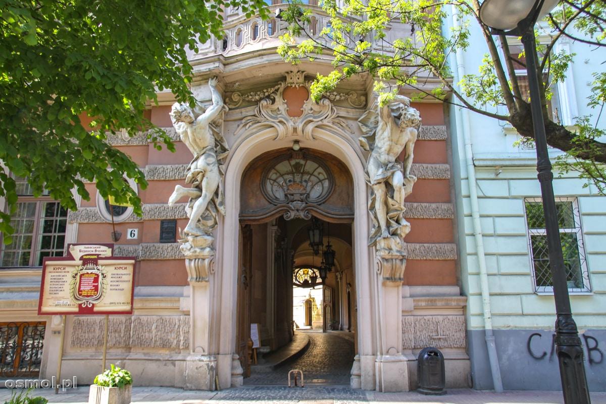 Atanci nad bramą prowadzącą do Kasyna Szlacheckiego we Lwowie
