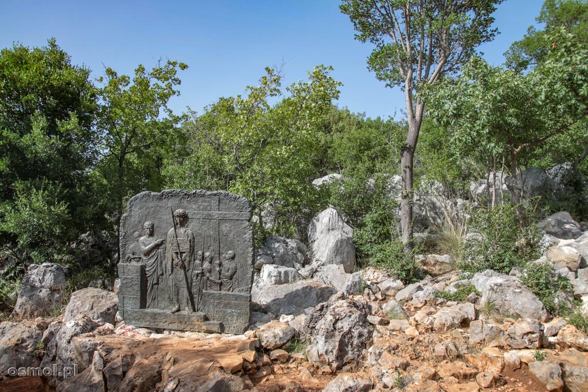 Droga krzyżowa na górze objawień w Medjugorie