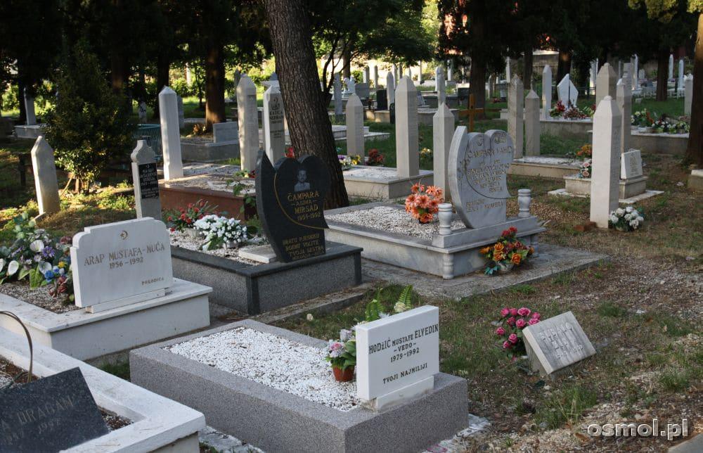 Cmentarze wojenne w Mostarze są na każdym kroku