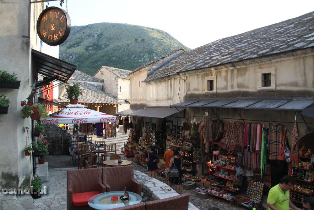 Uliczka z pamiątkami w Mostarze