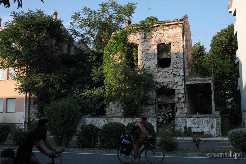 Wypalony dom na dawnej linii frontu w Mostarze