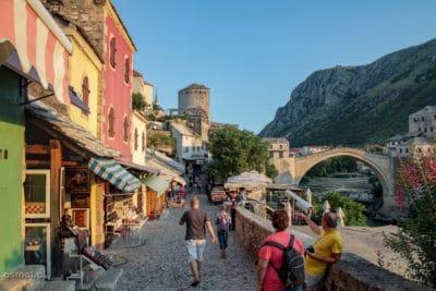 Wybrukowane kamieniami uliczki w Mostarze