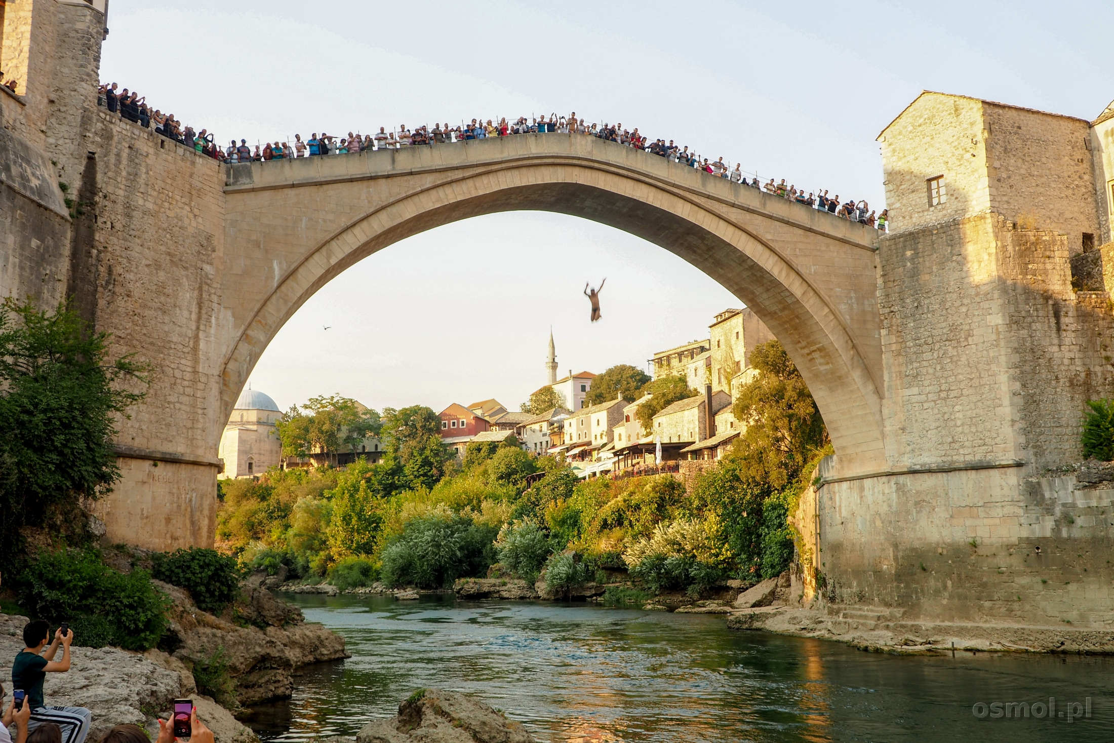 Skoczek skacze z Mostu do Neretwy w Mostarze