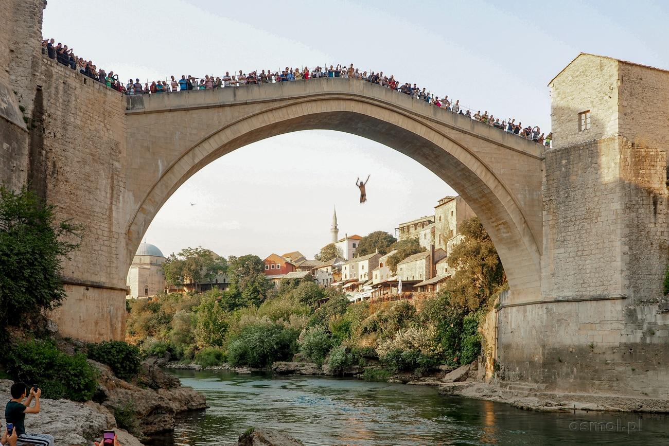 Skoki do wody są w Mostarze tradycją. Chociaż dziś to także