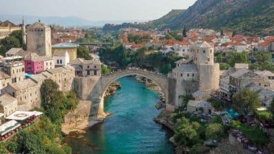 Panorama Mostaru ze Starym Mostem w tle