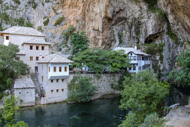 Klasztor derwiszów w Blagaj w Bośni widziany z tarasu po drugiej stronie wypływającej z jaskini rzeki Buny
