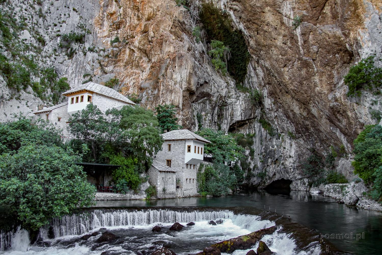 Tuż obok klasztoru derwiszów w Blagaj wprost z jaskini wypływa rzeka Buna