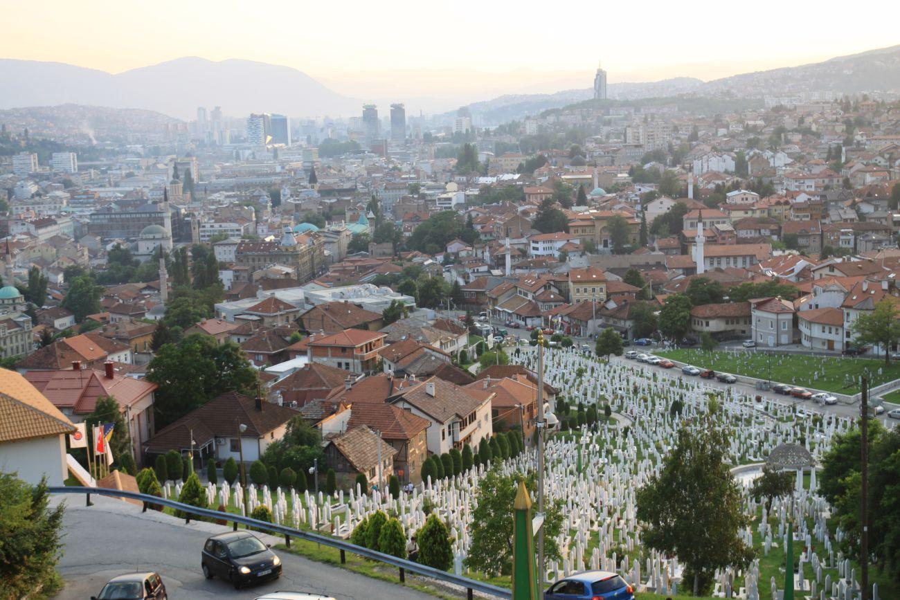 Panorama Sarajewa, na pierwszym planie cmentarz. Jeden z wielu w mieście