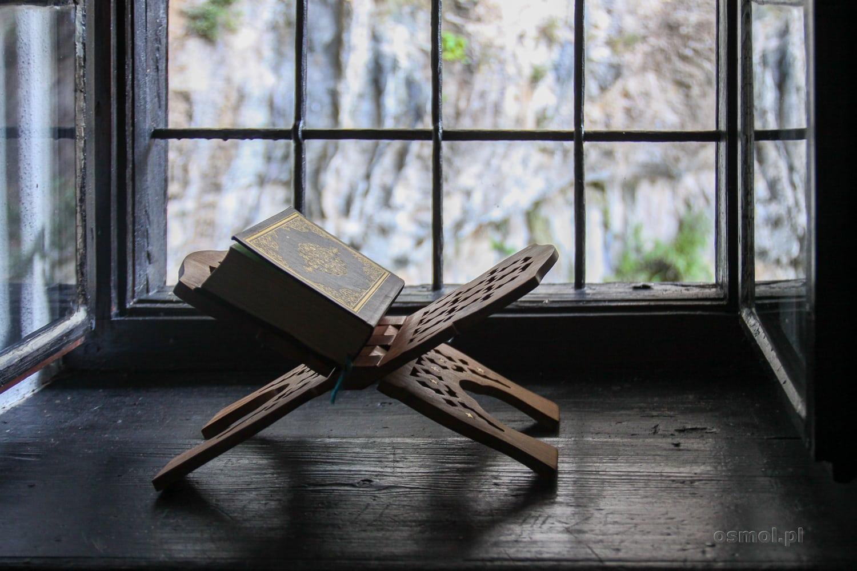 Koran na specjalnym stojaku jest oczywiście rekwizytem. Dziś nie jest to zamieszkałe przez derwiszów miejsce