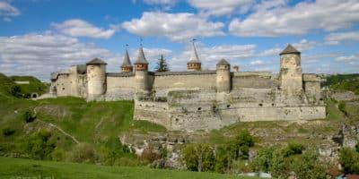 Widok na zamek w Kamieńcu Podolskim z drugiej strony wąwozu