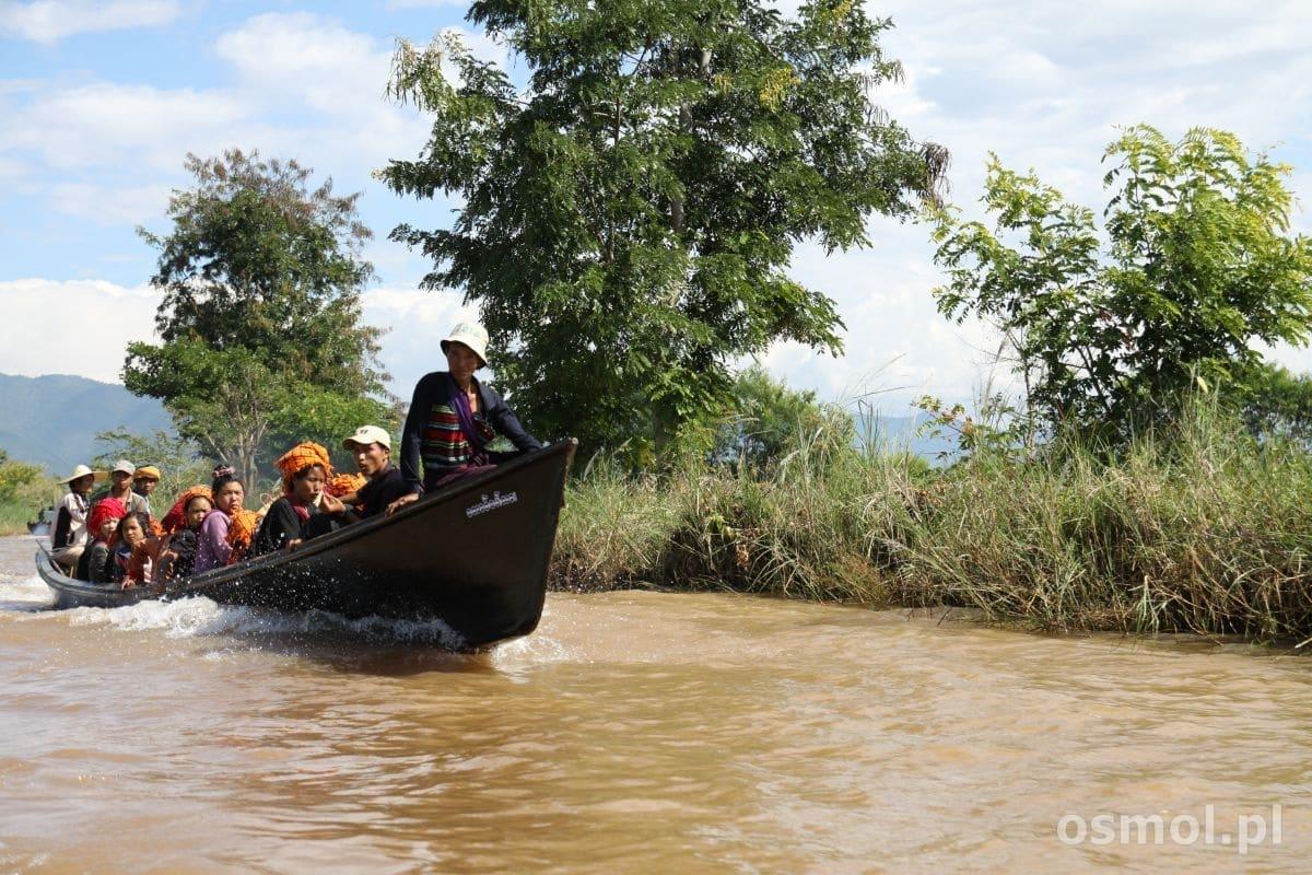 Łódkami pływają turyści, łódkami przemieszczają się mieszkańcy okolic jeziora. To codzienny środek lokomocji.