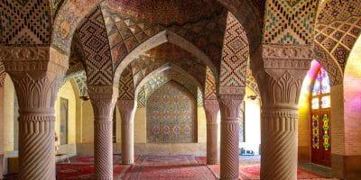 Wnętrze Różowego Meczetu w Sziraz