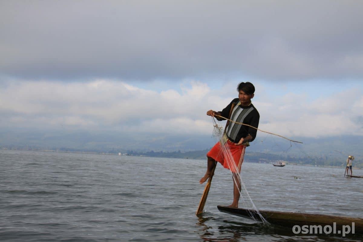 Rybak na jeziorze Inle w Birmie