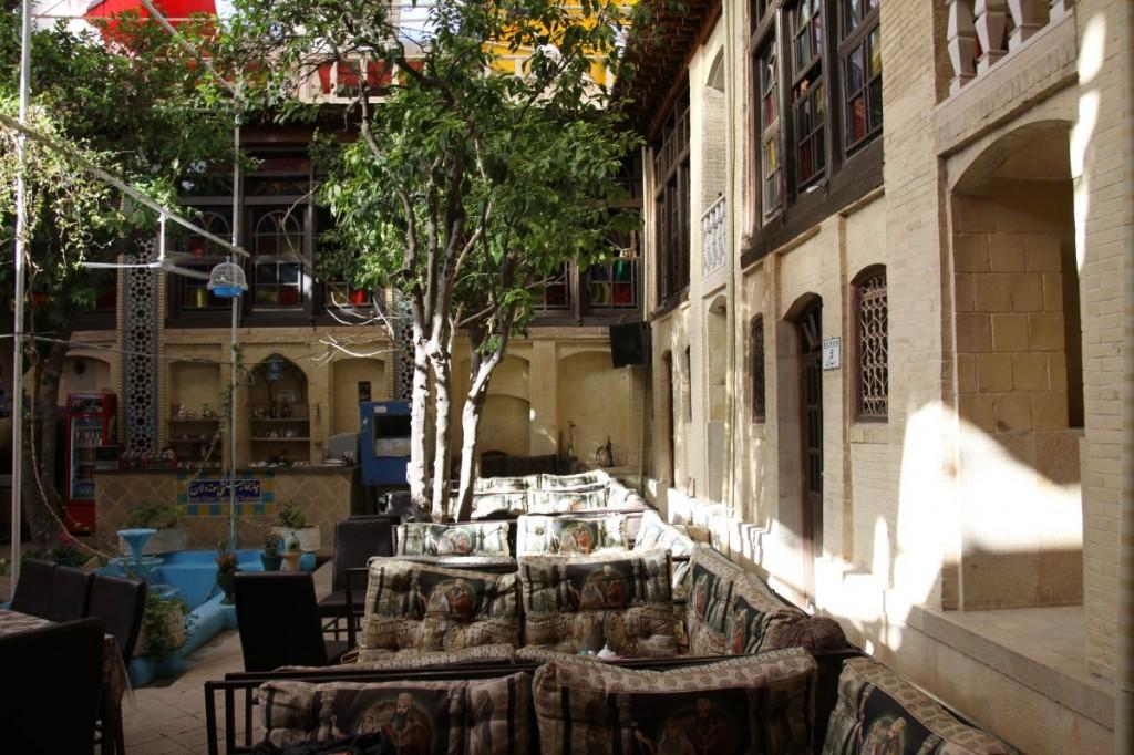 Dziedziniec hotelowy, królestwo fajki wodnej i herbaty