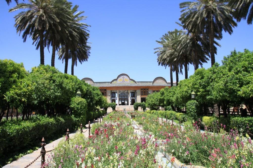 Zieleń wewnętrznego ogrodu i zdobienia pałacu