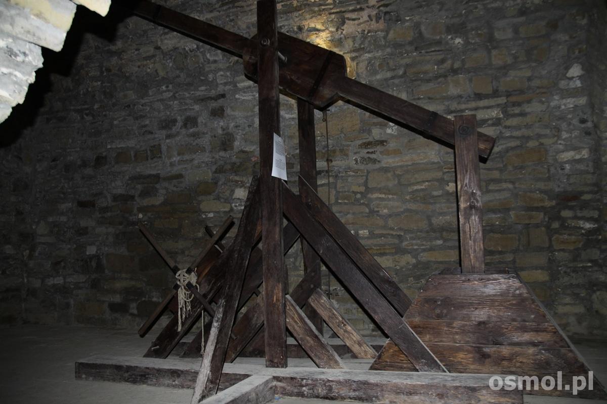 W podziemiach chocimskiego zamku obejrzymy wystawę machin oblężniczych i obronnych. Opisy są także w języku angielskim