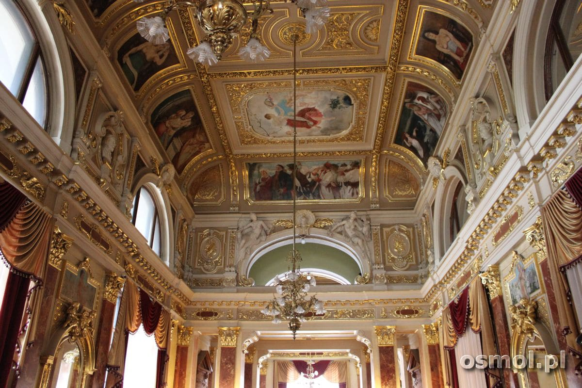 Sala Lustrzana w Operze we Lwowie. Na sklepieniu namalowane są sceny z polskich dzieł.