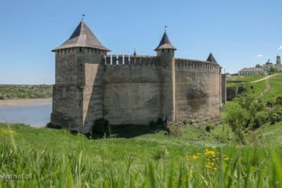 Zamek w Chocimu - w tle klasztor