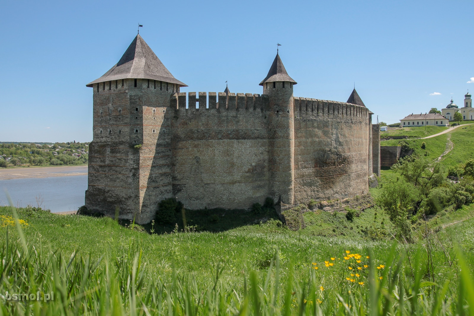 Warto wejść na pagórek za zamkiem, by obejrzeć wspaniały pejzaż: Zamek w Chocimiu na tle Dniestru.