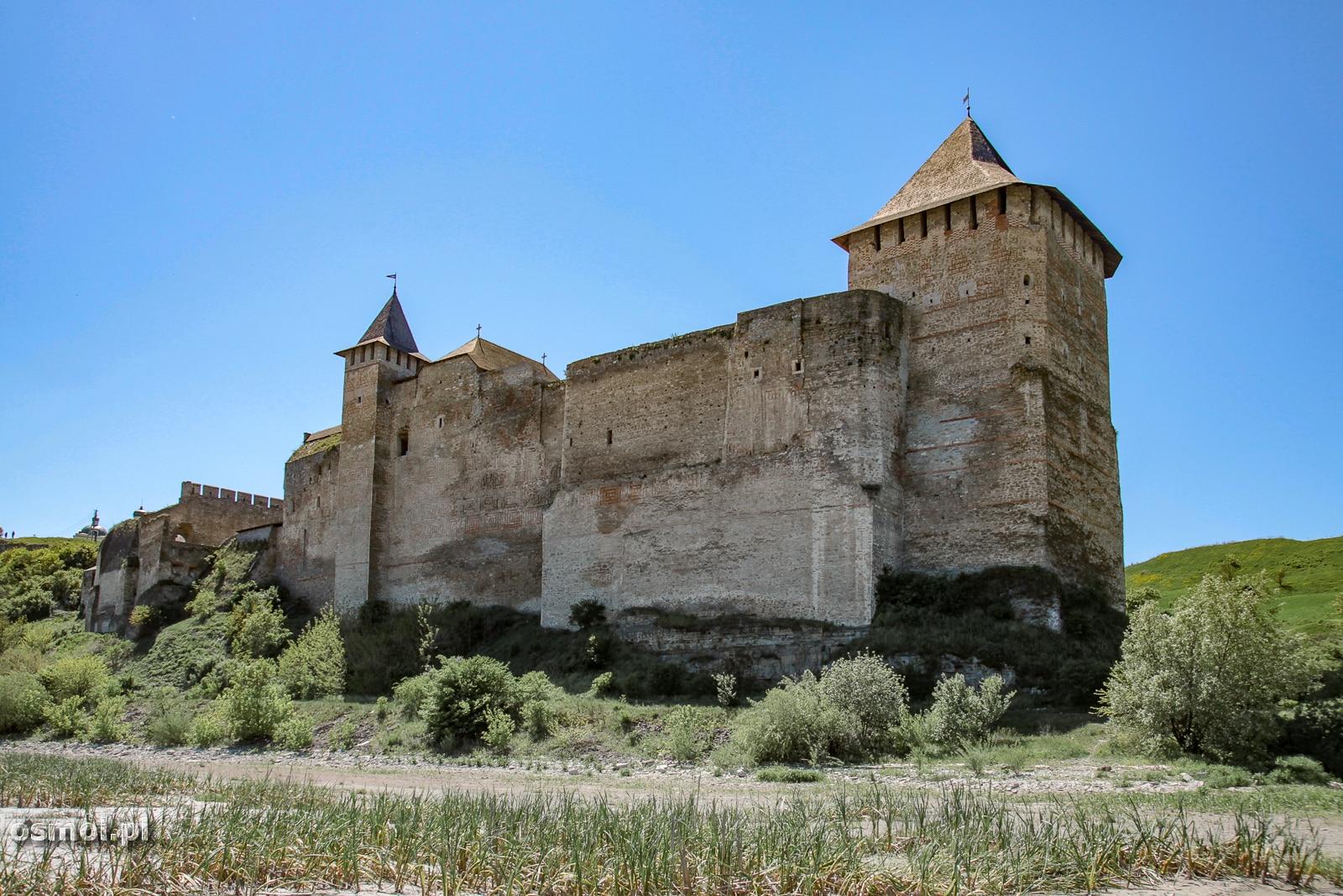 Warto obejść zamek dookoła i spojrzeć na niego od strony Dniestru. Wysokie mury zamkowe z tej perspektywy robią jeszcze większe wrażenie,