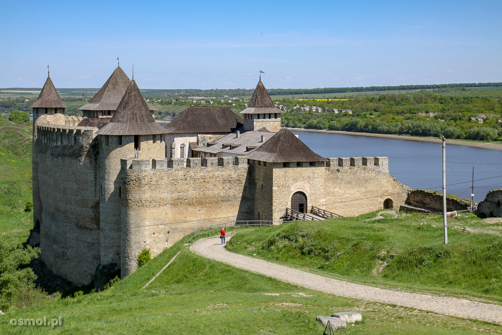 Zamek w Chocimiu. Wysokie mury zamku w całym majestacie i potędze widać dopiero z bliska, bo zamek stoi w zagłębieniu tuż przy rzece.