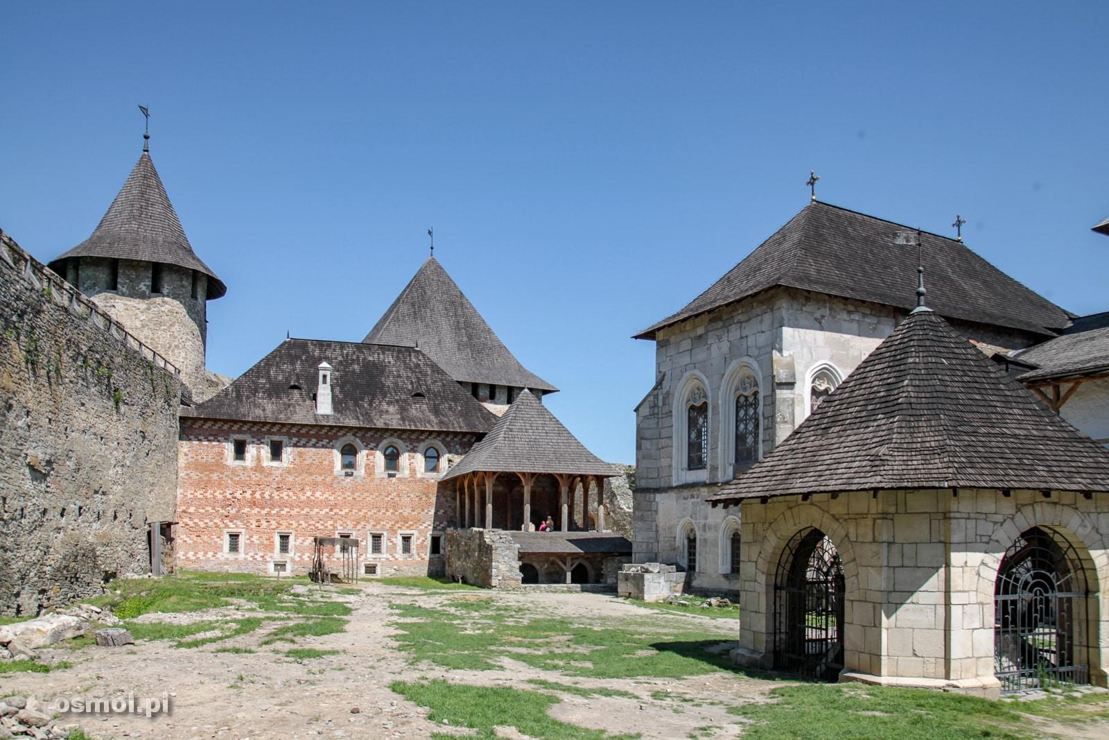 Dziedziniec zamku w Chocimiu. Podobno oryginalnie był on o wiele gęściej zabudowany, ale budynki nie przetrwały do naszych czasów.