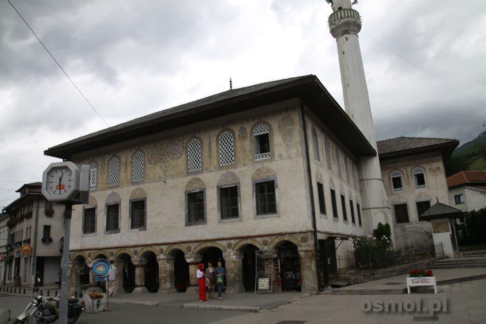 Kolorowy Meczet w Travniku. Interesujący chociażby dlatego, że jego elewacja pomalowana jest w piękne roślinne wzory.