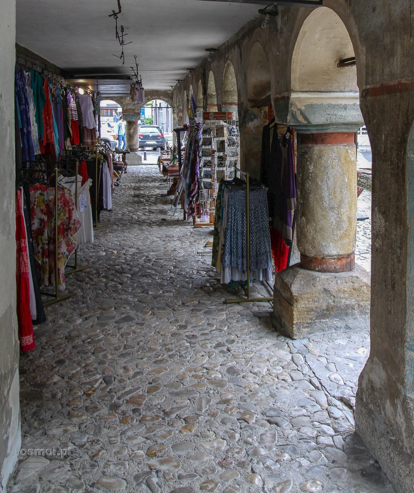 Podcienia kolorowego meczetu w Travniku