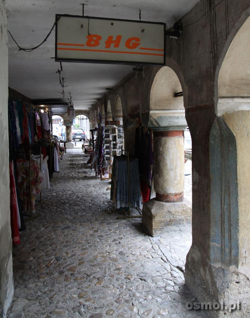 W podcieniach Kolorowego Meczetu znajduje się mały bazar