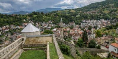 Widok z twierdzy w Travniku na miasto rozpostarte u stóp zamku.