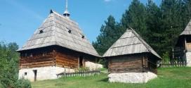 """Tradycyjne chaty z XIX weku. Do skansenu """"Stare selo"""" w Sirogojno przeniesiono z okolicy 47 takich i podobnych budynków."""