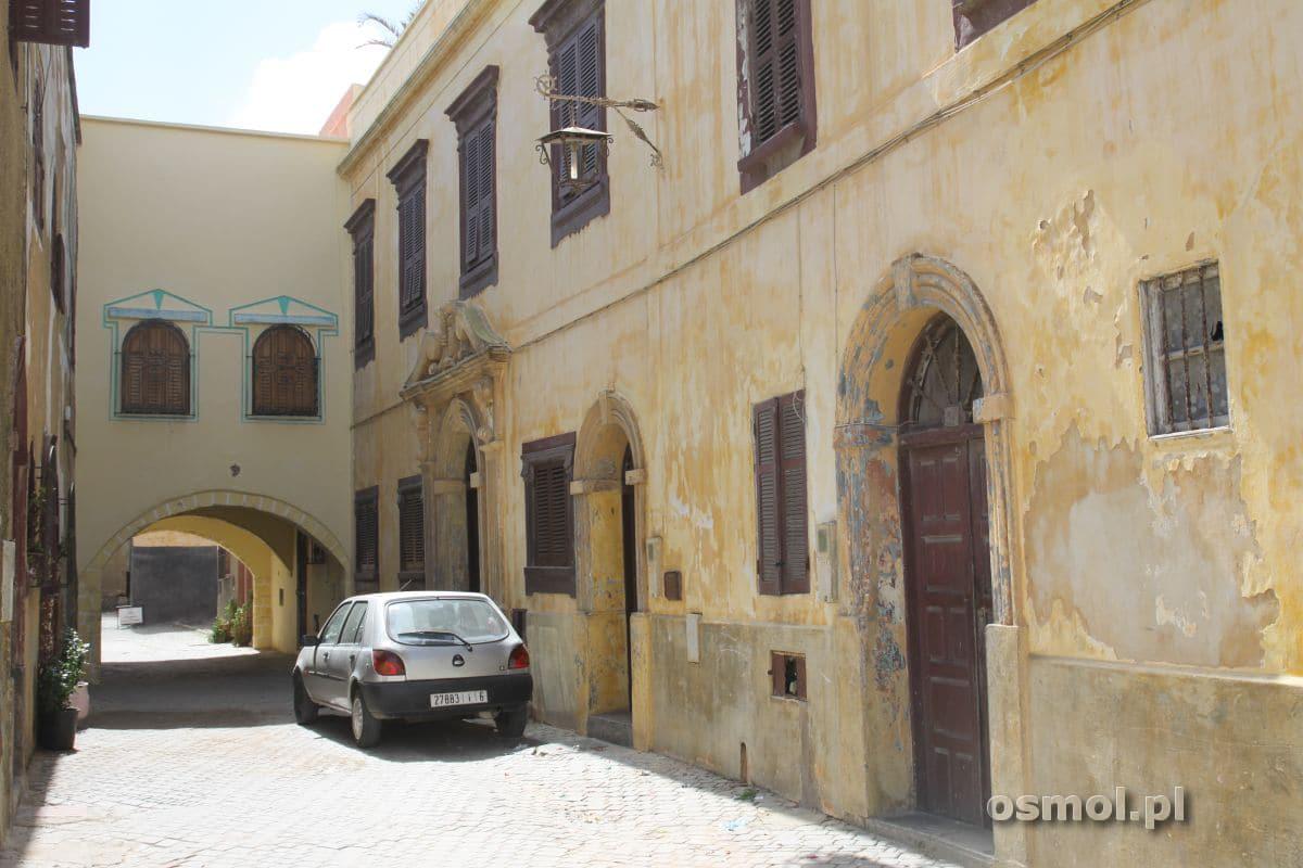 Jeden ze starych, zabytkowych budynków w Al-Dzadidzie, ten miał szczęście i oparł się upływowi czasu.