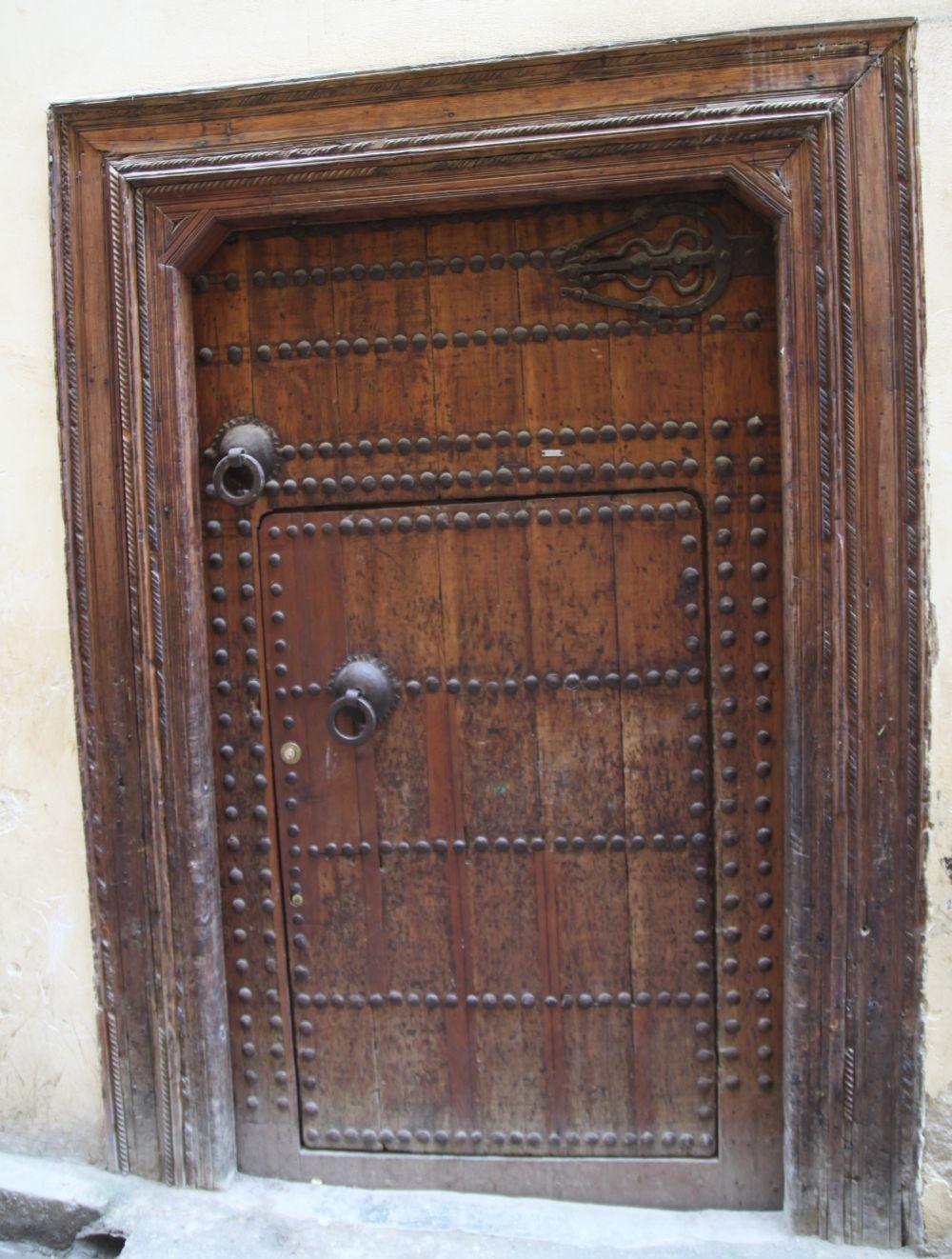 Tradycyjnie zdobione drzwi wiodące do domu w Fezie. Znak z trzema palcami wskazuje, że w domu mieszka arabska rodzina, pięć palców oznacza rodzinę Berberów