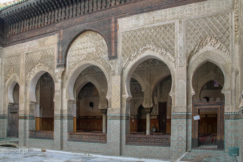 Medresa Abou Inania w Fezie. Na górze pięknie rzeźbione cedrowe drewno, niżej marmurowa rzeźbienia, na dole mozaika.