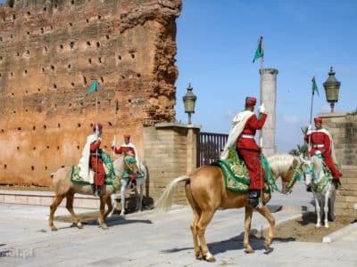 Rabat w Maroku. Zmiana konnej warty przed wejściem do mauzoleum