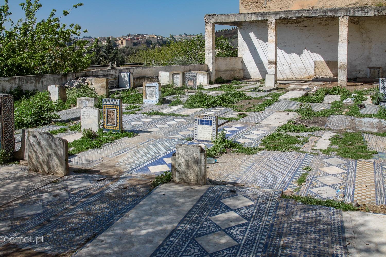 Stary, zniszczony cmentarz z pięknymi mozaikami w Fezie.