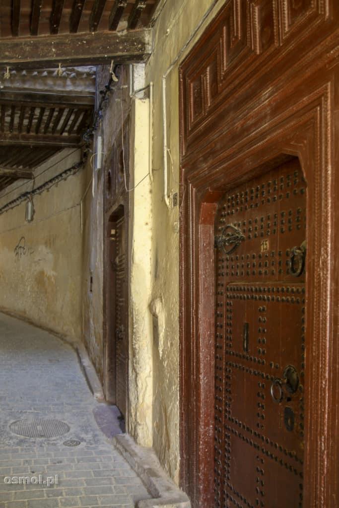 Drzwi w jednej z uliczek Fezu