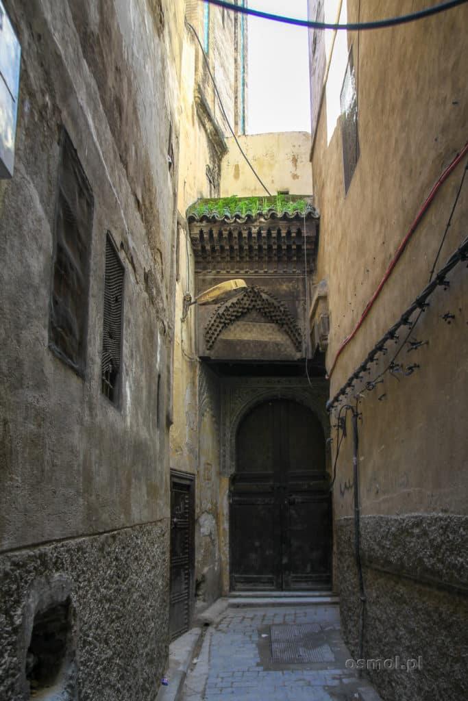 Wąska uliczka w medynie Fezu