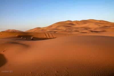 Kolory pustyni w Maroku. W zależności od pory dnia, przybiera inny kolor.