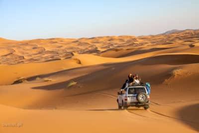 Na pustynię można wyruszyć nie tylko na wielbłądzie, ale także w jeepie 4x4. To też zapewne wielka frajda!