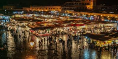 Marakesz w Maroku. Plac Jemaa El Fna czyli główny plac miasta nocą.