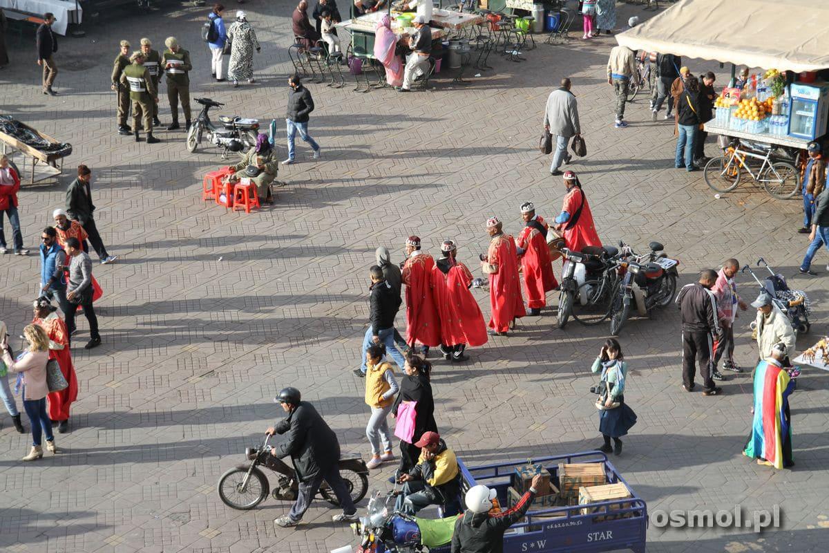 Pokaz tradycyjnego tańca na Jama el-Fna w Marakeszu