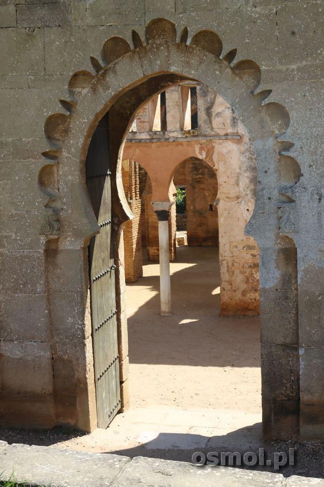 Wejście do meczetu przez dziurkę od klucza? Jak w bajkach tysiąca i jednej nocy :) Ale za drzwiamy nie czeka skarbiec, lecz łuki dawniej podtrzymujące sklepienie.