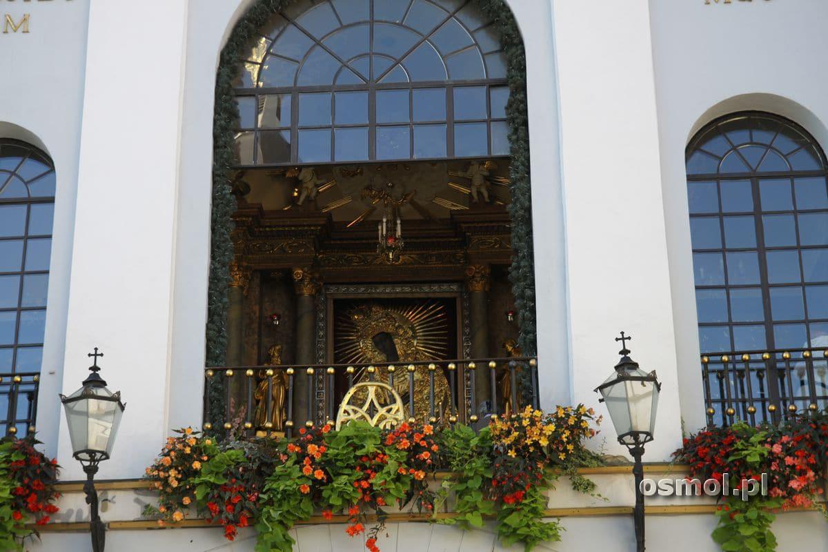 Obraz Matki Boskiej Ostrobramskiej widziany z ulicy