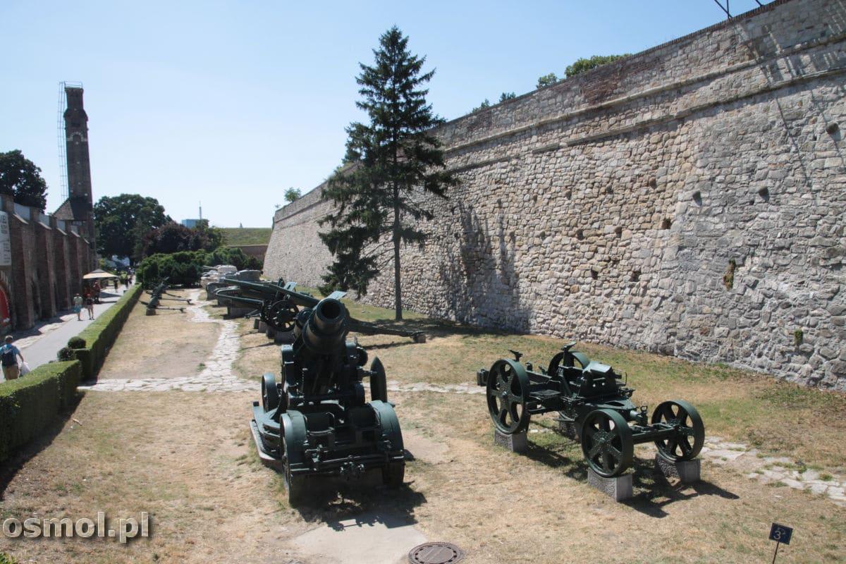 Wystawa wojskowa przed muzeum wojska w Belgradzie