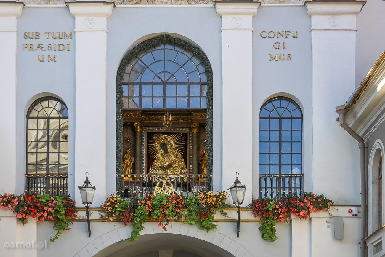 Obraz Matki Boskiej Ostrobramskiej w Wilnie widziany z ulicy.