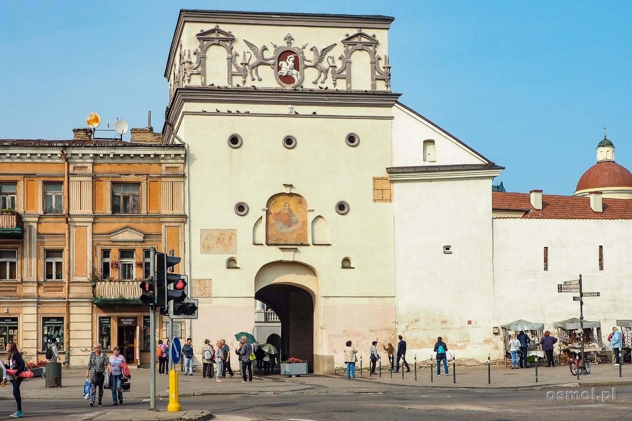 Ostra Brama w Wilnie widziana z drugiej strony - z ulicy