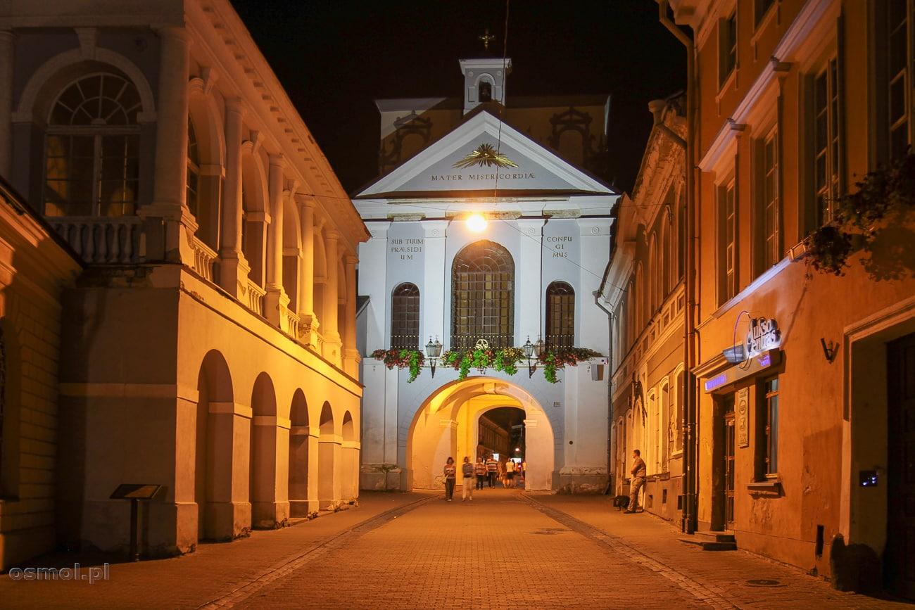 Kaplica Ostra Brama w Wilnie nocą