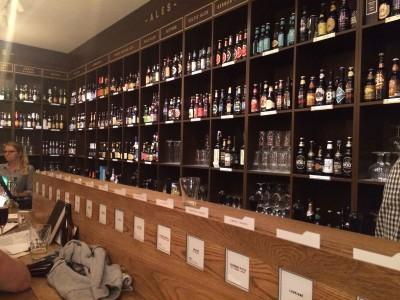 Półki w Bibliotece Piwa