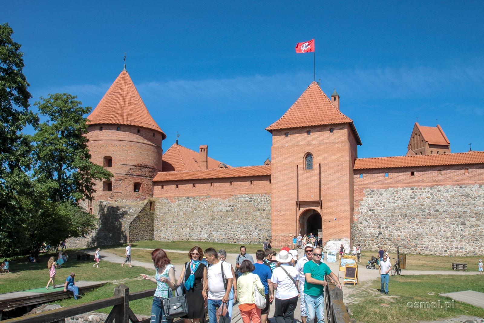 Troki turyści szturmują bramę